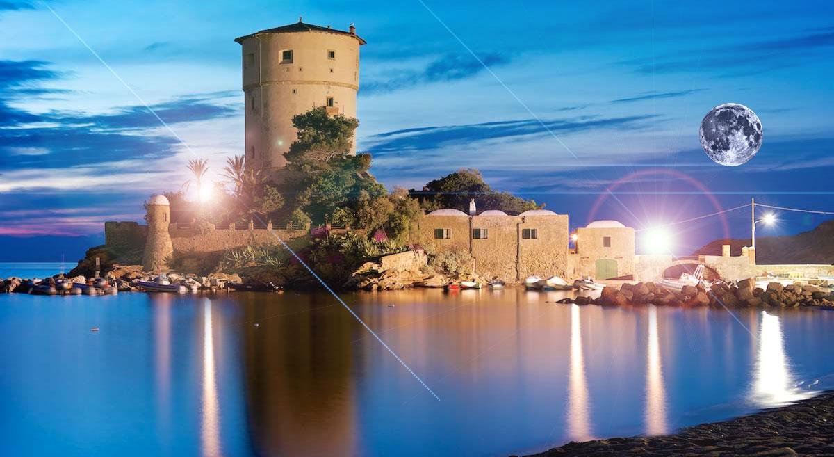 Vista notturna della Torre di Campese